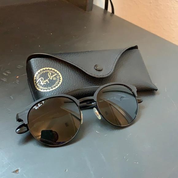 Black circular Ray Bans with case